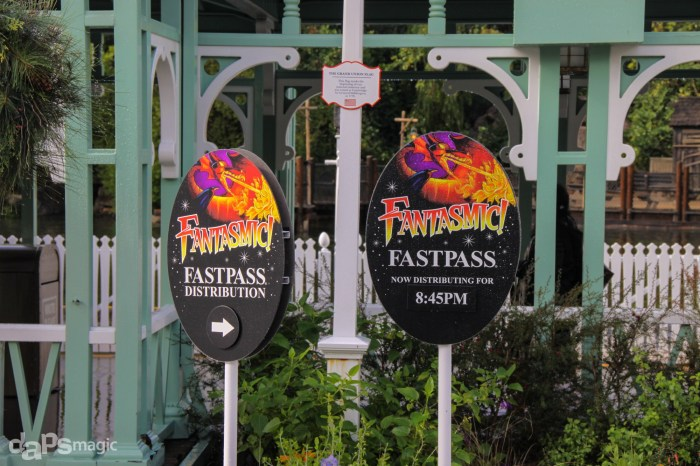 Fantasmic-Fastpass-at-Disneyland-December-12-2014-3